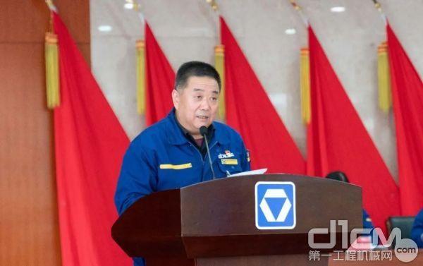 事业部副总经理王伟宣读先进集体、先进个人表彰决定