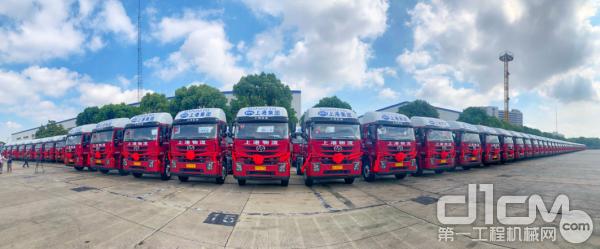 5月22日,120辆上汽红岩港口牵引车交付上港物流